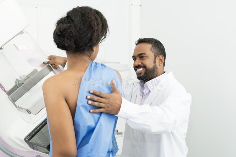 Doktorski Pomaga Żeński Cierpliwy Przechodzi mammografiego promieniowania rentgenowskiego test fotografia royalty free