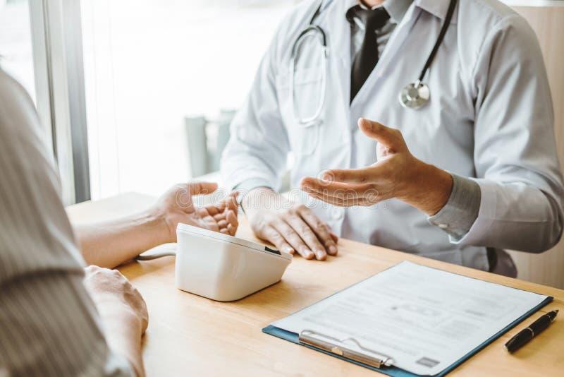 Doktorski Pomiarowy arterialny ciśnienie krwi z mężczyzny pacjentem na ręki opiece zdrowotnej w szpitalu obrazy royalty free