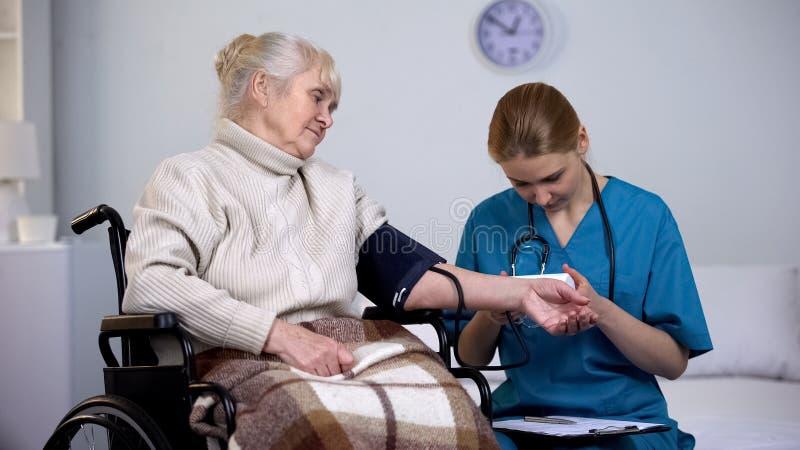 Doktorski pomiarowy ci?nienie krwi stary ?e?ski pacjent, egzamin wynika obrazy royalty free