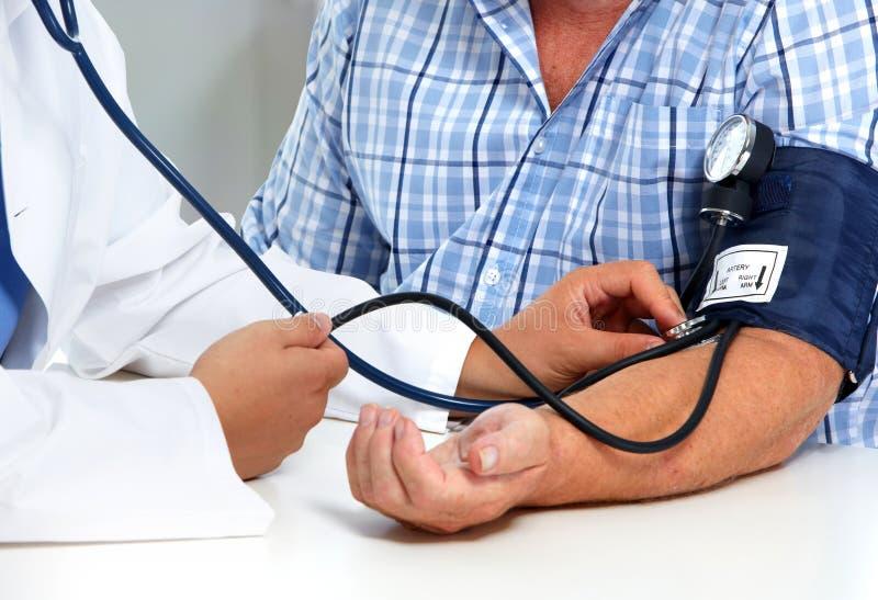 Doktorski pomiarowy ciśnienie krwi z sphygmomanometer zdjęcie stock