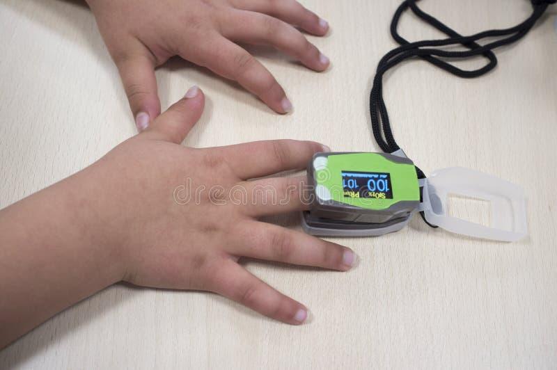 Doktorski pomiarowy małej dziewczynki ` s pomiarowy tlen i tętno obraz royalty free