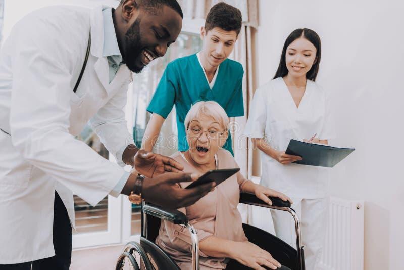 Doktorski przedstawienie zdziwiony bardzo Starsi kobiet spojrzenia zdjęcie royalty free