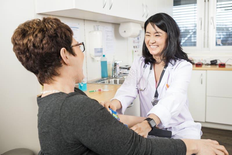 Doktorski Przystosowywa zespół Na pacjent ręce obrazy stock