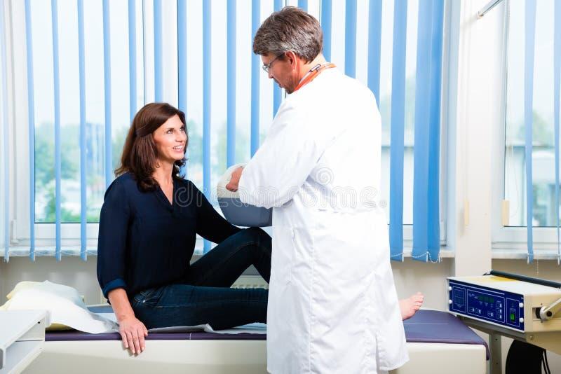Doktorski robić ultrasonic na pacjencie w operaci zdjęcie stock