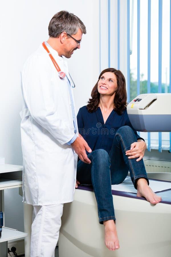 Doktorski robić ultrasonic na pacjencie w operaci fotografia stock