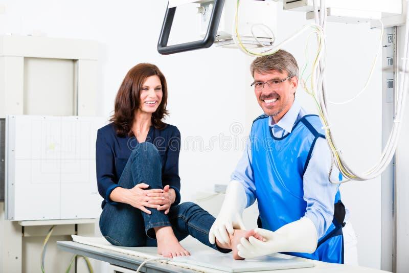 Doktorski robi promieniowanie rentgenowskie cierpliwa noga w operaci zdjęcie royalty free