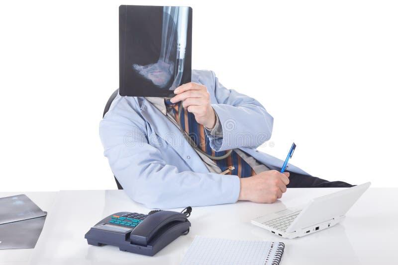 doktorski spoglądania prześwietlenia promień x zdjęcia stock
