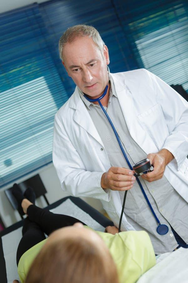 Doktorski sprawdza? pacjenta obraz royalty free