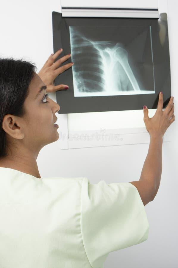 Doktorski studiowania promieniowania rentgenowskiego raport fotografia stock