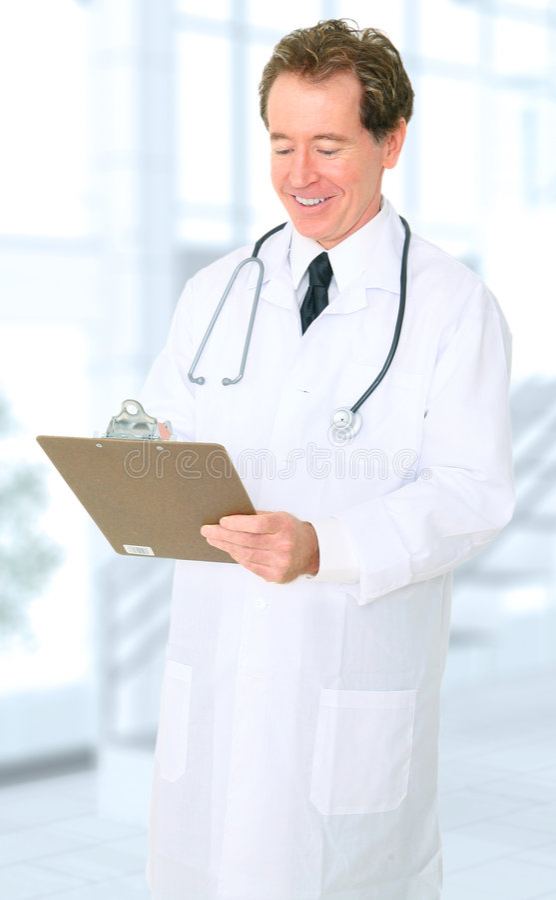 doktorski szczęśliwy jego biurowy raportowy starszy writing obrazy stock
