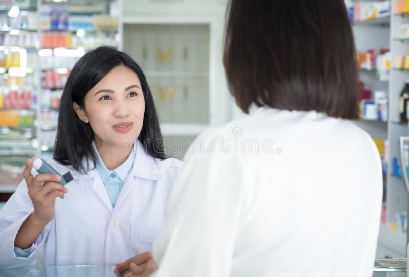 Doktorski test i uczy kiść i sprawdzać dla pacjenta usta obrazy stock