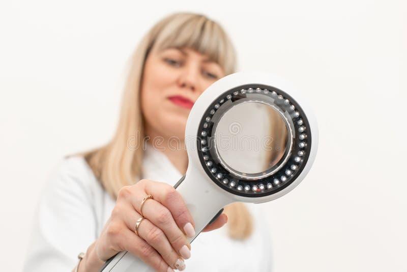 Doktorski trichologist dermatolog egzamininuje kamerę przez dermatoscope fotografia royalty free