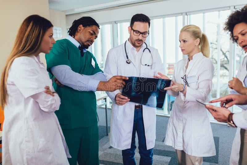 Doktorski trzymaj?cy up promieniowanie rentgenowskie z podobnymi lekarkami zdjęcia royalty free