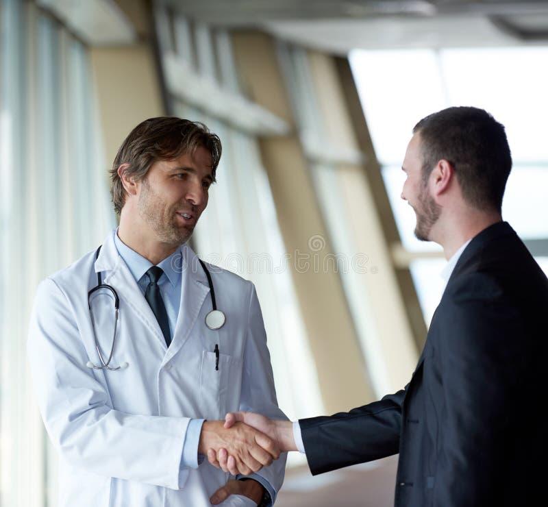 Doktorski uścisk dłoni z pacjentem fotografia stock