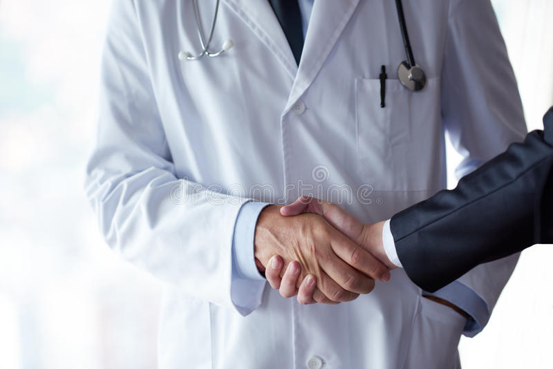 Doktorski uścisk dłoni z pacjentem zdjęcie stock