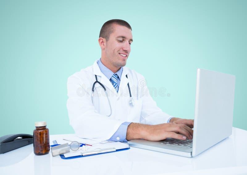 Doktorski używa laptop przeciw błękitnemu tłu zdjęcia stock