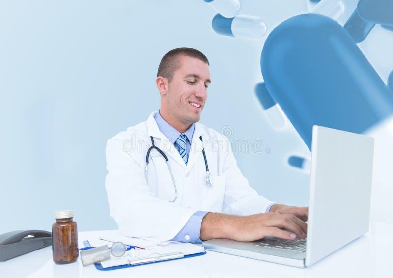 Doktorski używa laptop przeciw medycznemu tłu zdjęcia stock