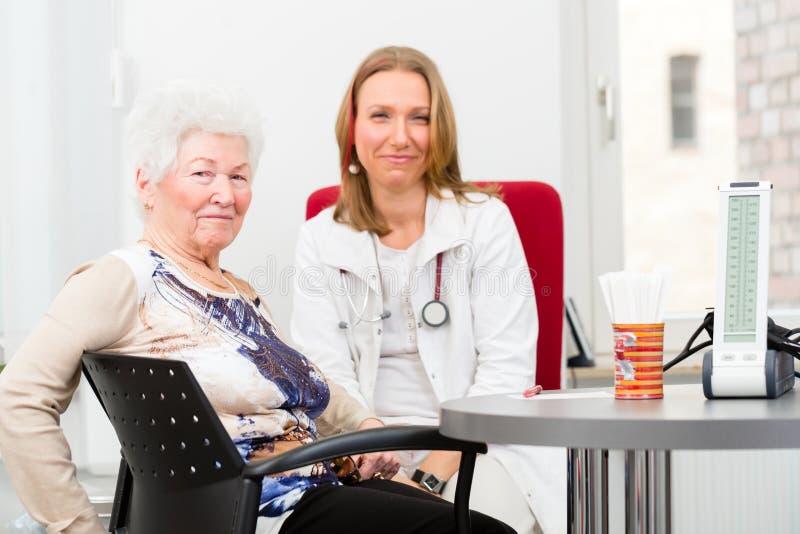 Doktorski widzii starszy pacjent w praktyce obraz royalty free