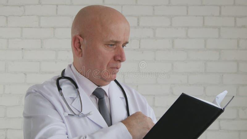 Doktorski wizerunku narządzanie Pisać Medycznym Prescript zdjęcia royalty free