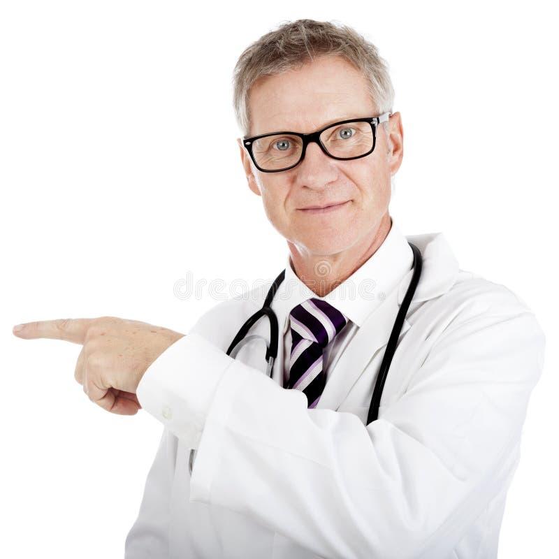 Doktorski wskazywać lewica podczas gdy patrzejący naprzód zdjęcie stock