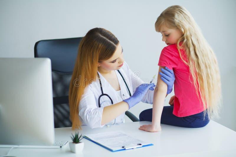 Doktorski wstrzykiwania szczepienie w ręki małego dziecka dziewczynie, zdrowy obraz stock