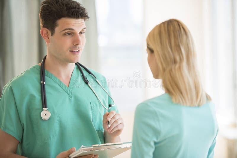 Doktorski Wyjaśnia raport medyczny pacjent W szpitalu obrazy royalty free