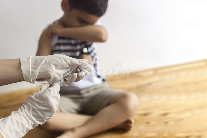 Doktorski zaszczepia młody pacjent Chłopiec strasząca zastrzyk Dziecko immunizacja, dziecka szczepienie, zdrowia pojęcie obraz stock