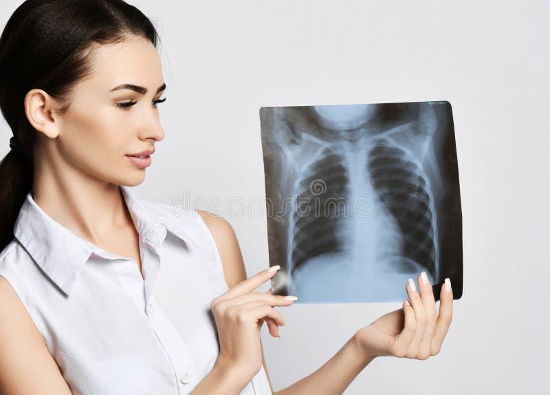 Doktorskich kobieta chwyta płuc Radiologiczny egzamin cierpliwa klatka piersiowa na szarość obrazy stock