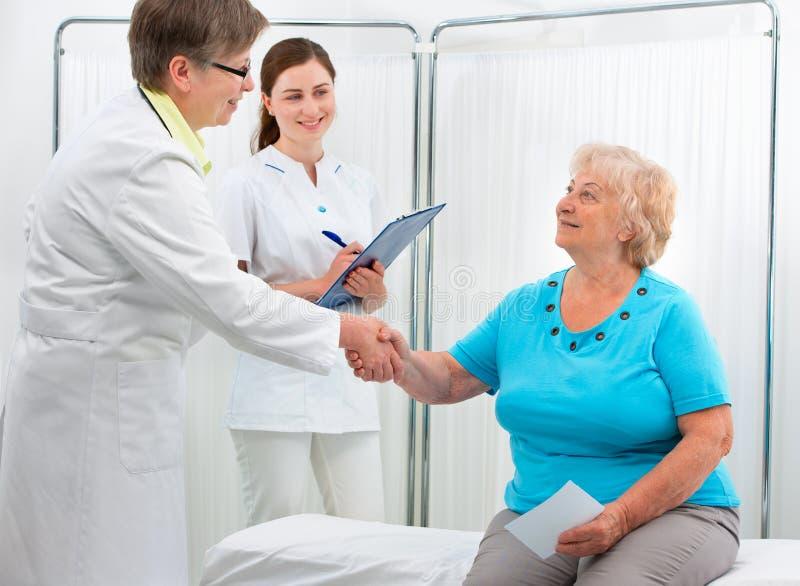 Doktorskie chwianie ręki z pacjentem obraz stock