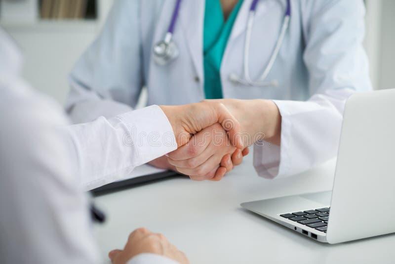Doktorskie i cierpliwe chwianie ręki, zakończenie Lekarz opowiada o badanie medyczne rezultatach Medycyna, healthcar zdjęcia stock