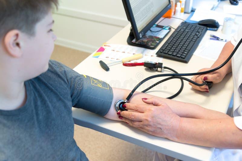 Doktorskie miary wywierają nacisk nastolatka obrazy stock