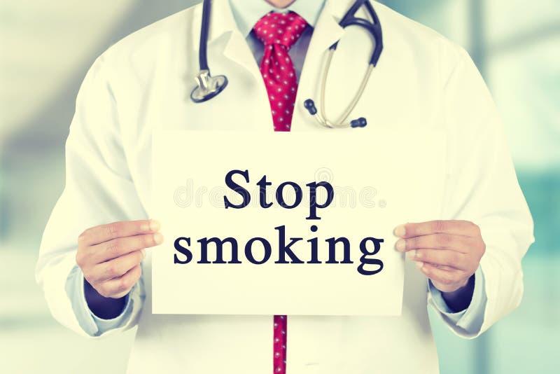 Doktorskie ręki trzyma biel kartę podpisują z przerwą dymi wiadomość tekstową obraz stock