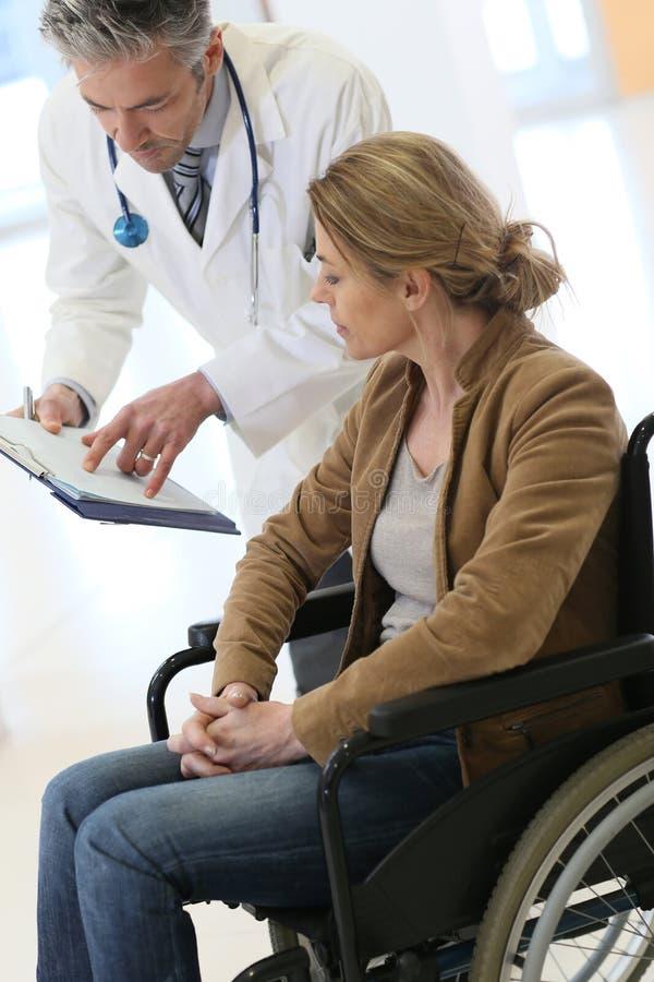 Doktorskie wyjaśnia procedury kobieta pacjent fotografia royalty free