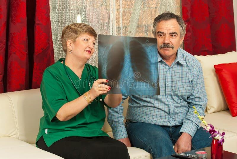 doktorskiego mężczyzna promienia starszy przedstawienie x zdjęcia stock