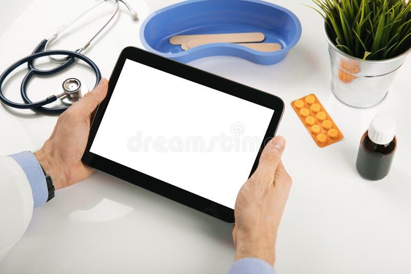 Doktorskiego mienia pusta cyfrowa pastylka w rękach przy biurem fotografia royalty free