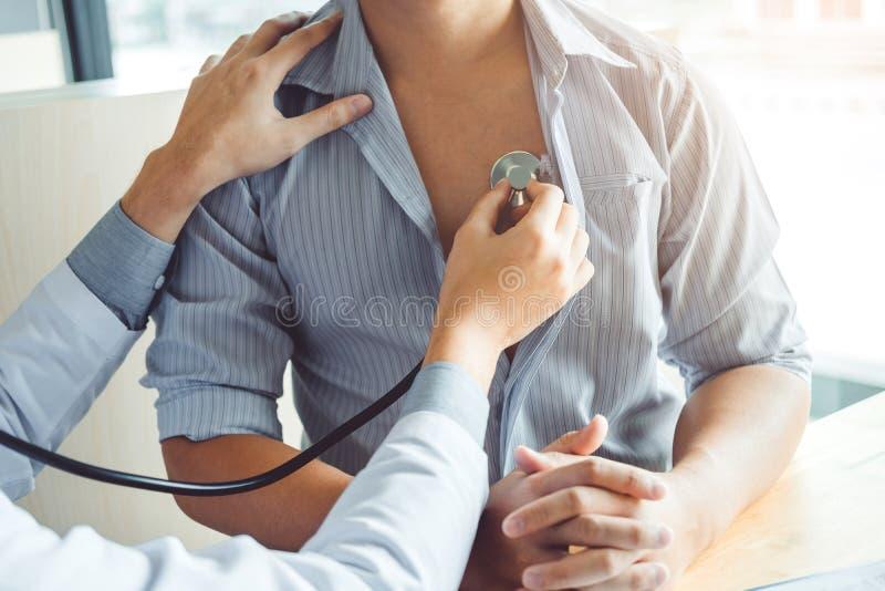 Doktorskiego Pomiarowego arterialnego ciśnienie krwi mężczyzny cierpliwa opieka zdrowotna w szpitalu zdjęcie stock