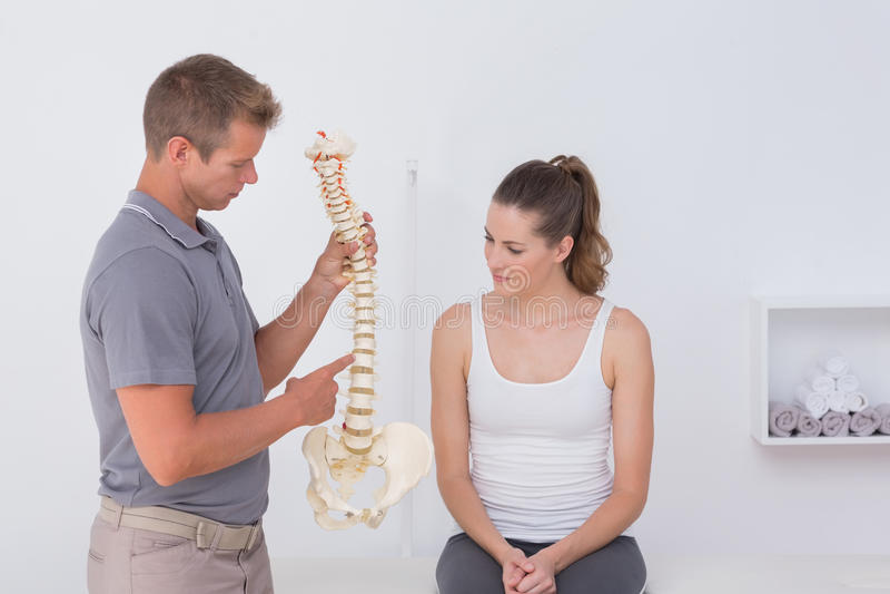 Doktorskiego seansu anatomiczny kręgosłup jego pacjent zdjęcia stock