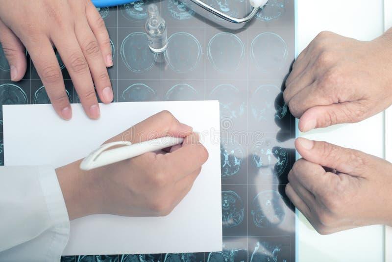 Doktorskiego writing medyczna opinia przed pacjentem obraz stock