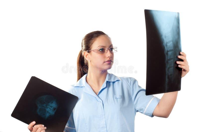 doktorskiej kobiety przyglądający obrazka promienia x potomstwa obraz stock