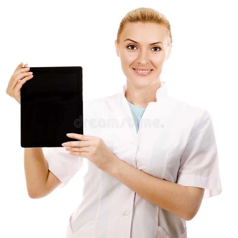 Doktorskvinna som rymmer IPAD och att le royaltyfria bilder