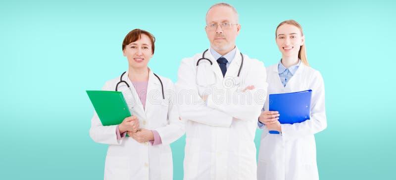 Doktorslag som isoleras på blå bakgrund, medicinsk försäkring healhcare arkivbilder