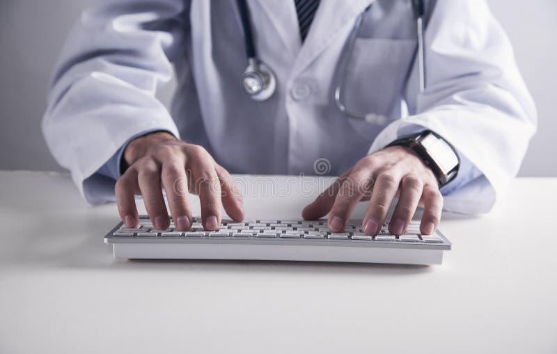 Doktorsmaskinskrivning på tangentbordet Medicinskt teknologibegrepp royaltyfri foto