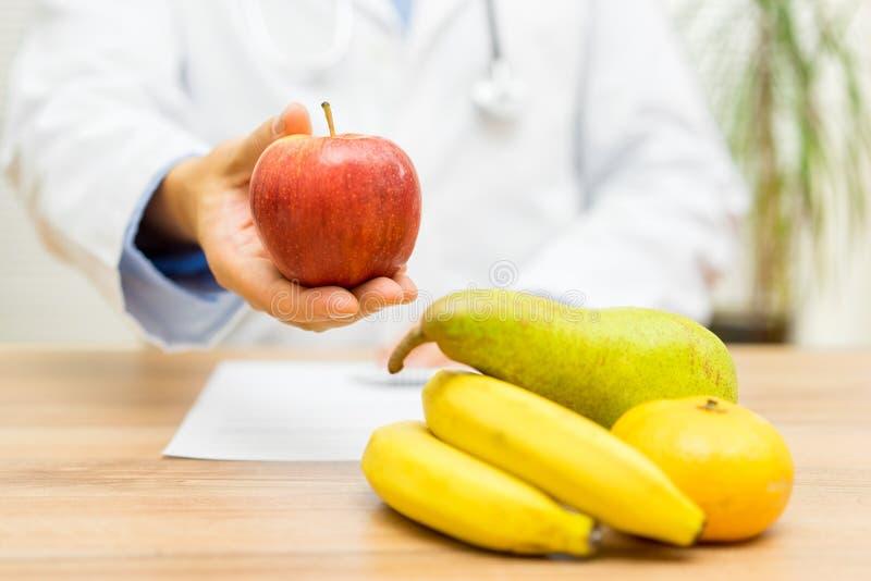 Doktorsnäringsfysiologen rekommenderar äta frukt varje dag royaltyfria bilder