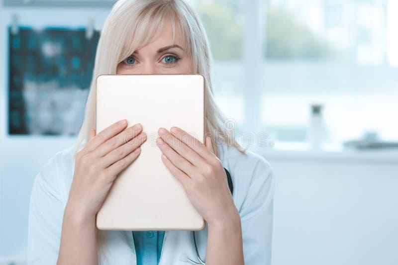 Doktorsockupation för ung kvinna i sjukhuskontoret royaltyfri foto
