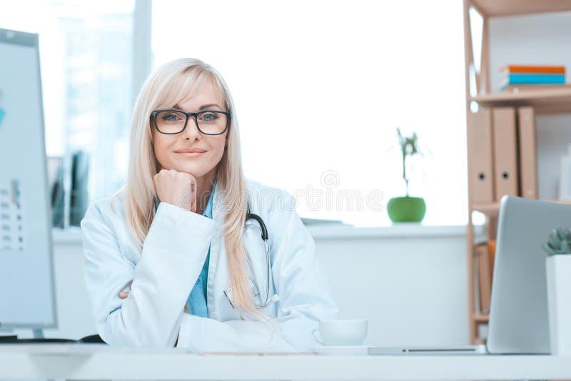 Doktorsockupation för ung kvinna i sjukhuskontoret arkivfoto