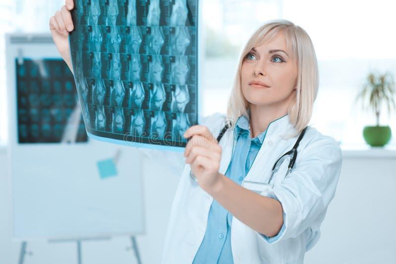 Doktorsockupation för ung kvinna i sjukhuskontoret royaltyfria foton