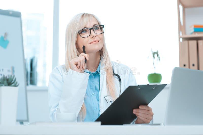 Doktorsockupation för ung kvinna i sjukhuskontoret royaltyfria bilder