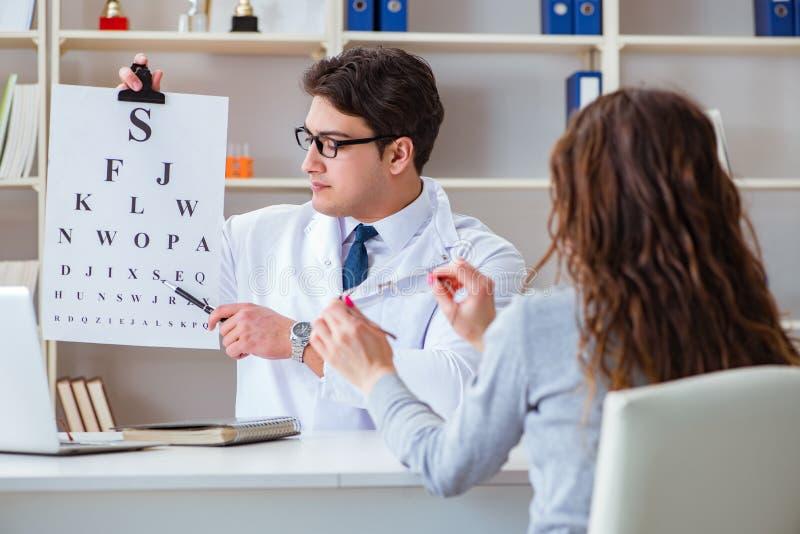 Doktorsoptiker med bokstavsdiagrammet som för en ögonprovkontroll arkivbilder