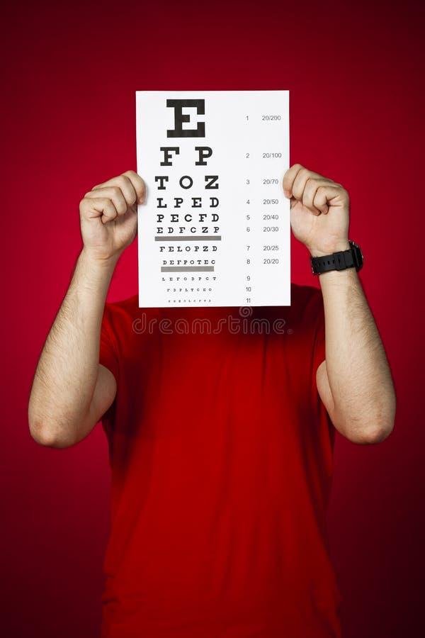 Doktorsoptometriker som håller ett ögondiagram royaltyfri foto