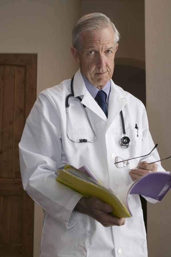 doktorspensionär arkivfoton